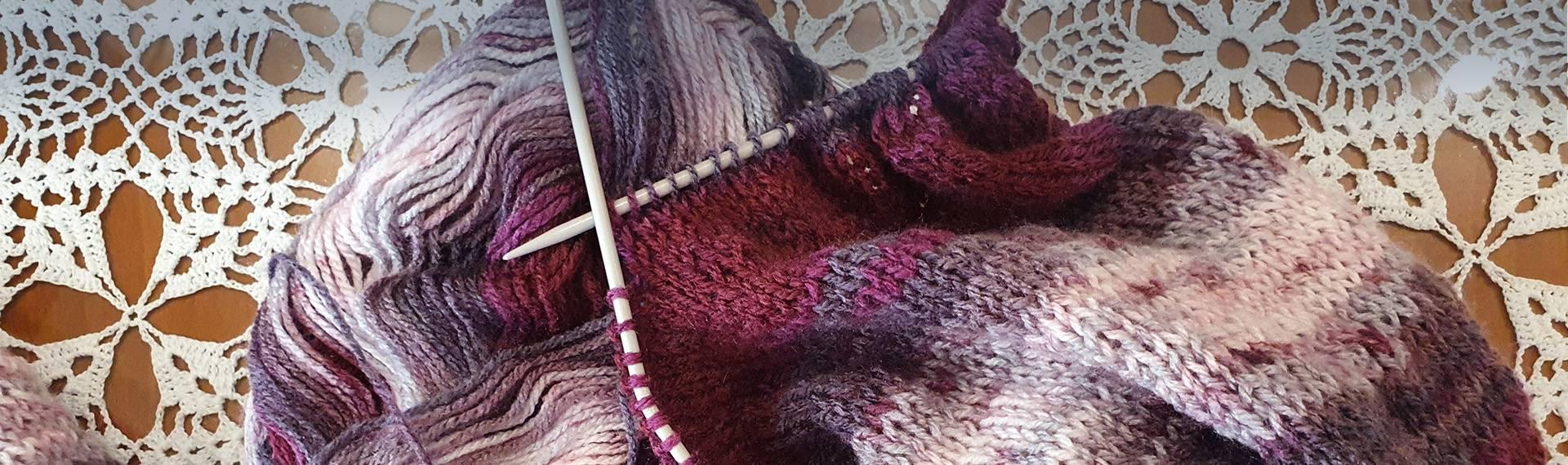 Sweter dziergany na drutach